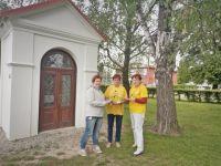 Jarmilka Čepičková a Alenka Kostelecká prodávaly kytičky ve Šternberku mj. i u nově zrekonstruované kapličky na křižovatce ulic Uničovská a Věžní